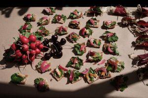 Häppchen und Gemüse als essbare Skulpturen